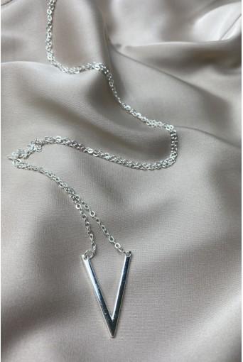 Серебряная цепочка с подвеской буква V