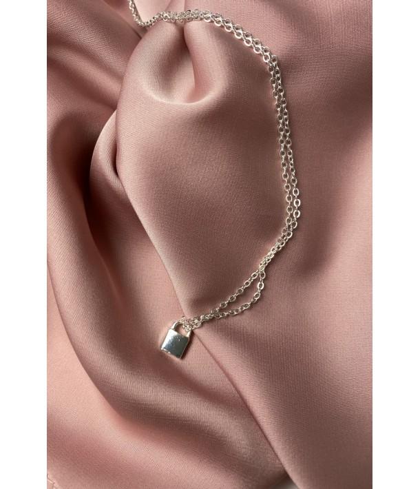 Тонкая серебряная цепочка с подвеской замок