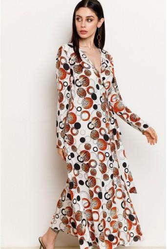 Молочное платье на запах с оранжево-черной абстракцией