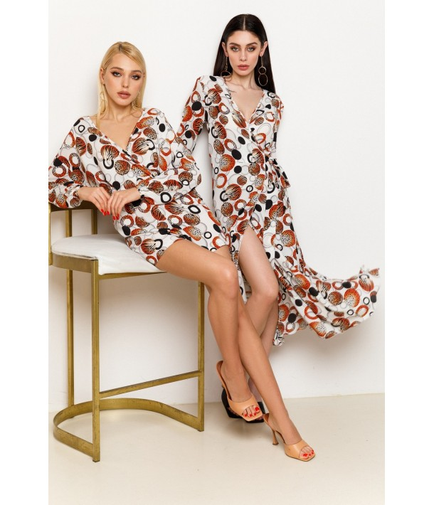 Молочна сукня на запах з помаранчево-чорною абстракцією