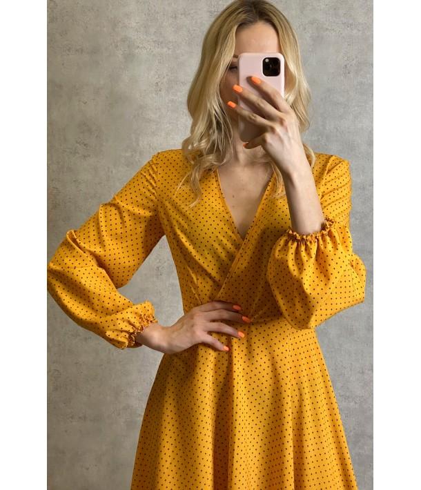 Гірчична сукня на запах з об'ємними рукавами в дрібний горох