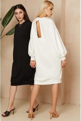 Молочное трикотажное платье-свитшот з треугольным вырезом