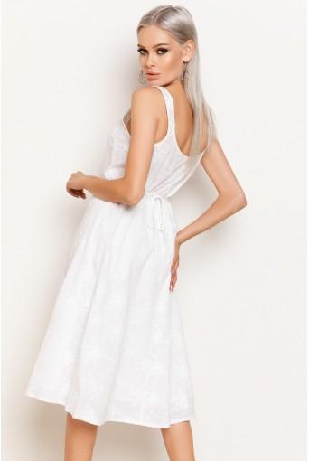 Белый сарафан с цветочной вышивкой ниже колена