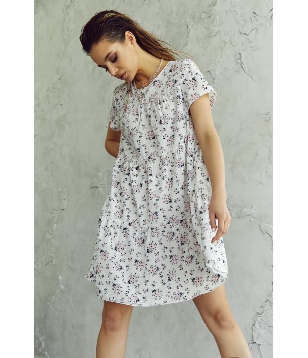 Сукня ярусна з коротким рукавом в квітковий принт на молочному