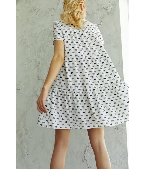 Платье ярусное с коротким рукавом в синие бантики на молочном