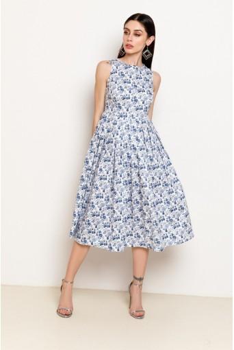 Белое платье в синий цветочный принт с юбкой в складку