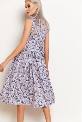 Светло-розовое платье в синий цветочный принт с юбкой в складку