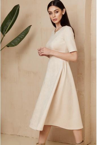Молочное замшевое платье ниже колена