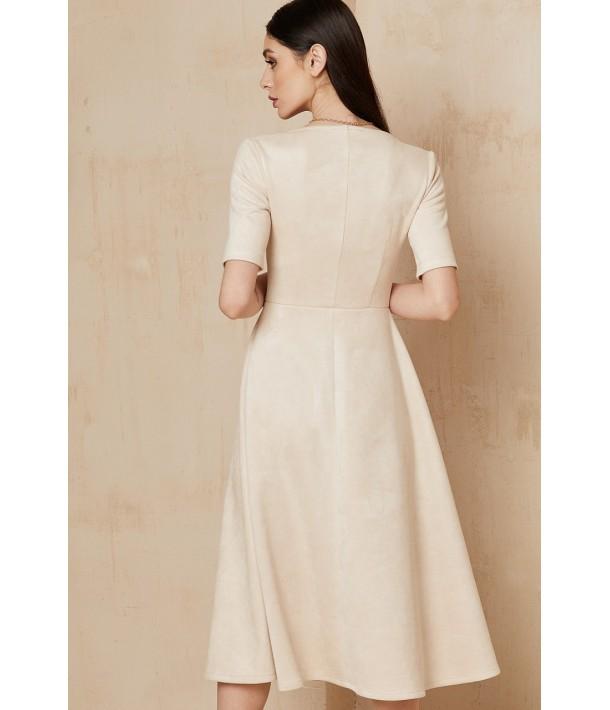 Молочна замшева сукня нижче коліна