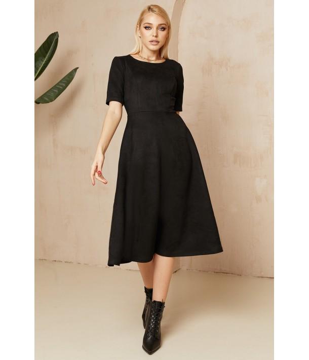 Чорна замшева сукня нижче коліна