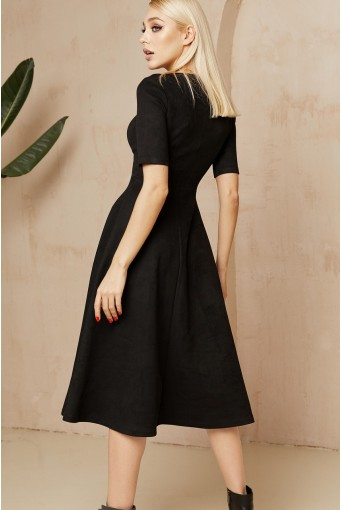 Черное замшевое платье ниже колена